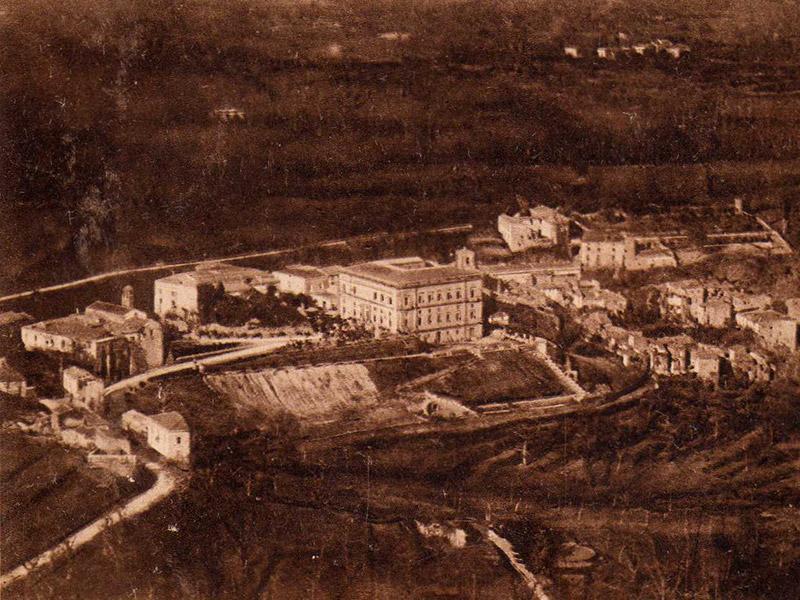 Conca della Campania, anni '30 del XX secolo - da sinistra il Convento dei domenicani, il Castello, il Palazzo Galdieri Bartoli ed il Centro Storico.