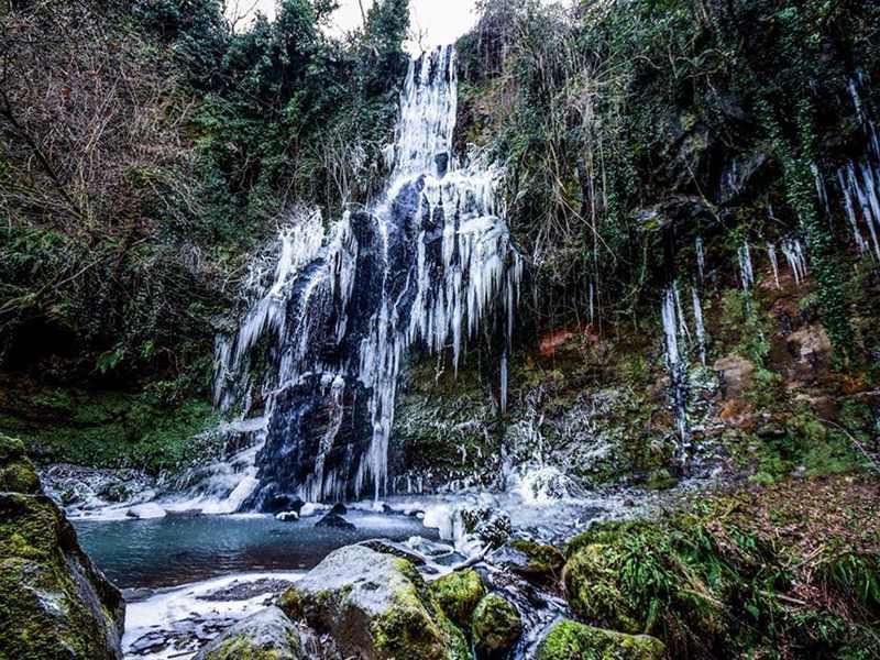 La cascata di Conca della Campania ghiacciata