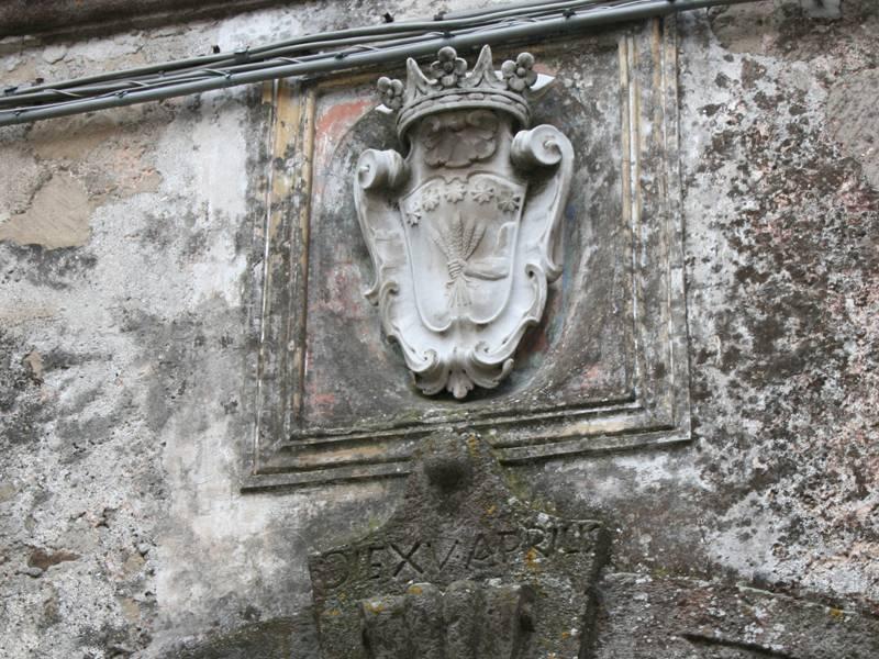 Palazzo Cinquegrana a Orchi - stemma gentilizio e particolare della chiave di volta