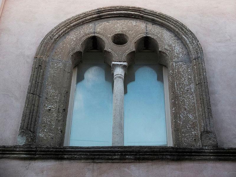 Bifora di Palazzo Saraceni