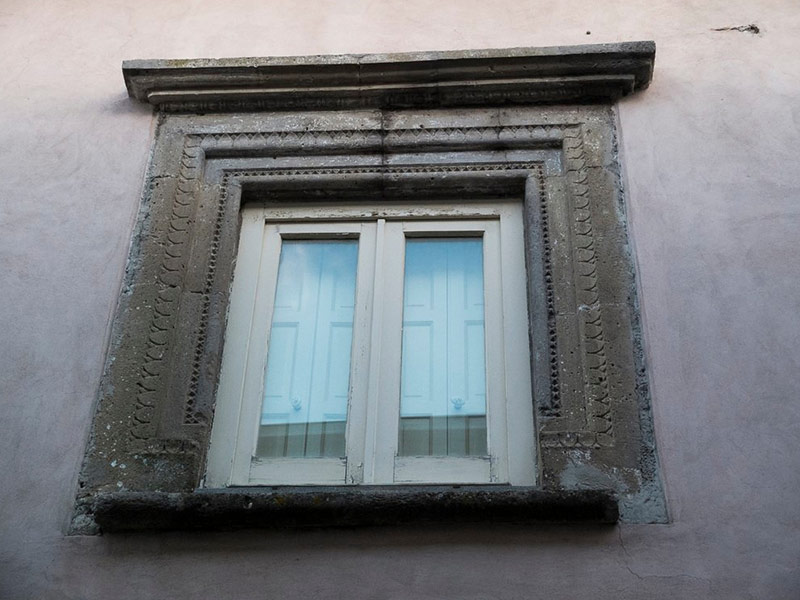 Una finestra di Palazzo Saraceni