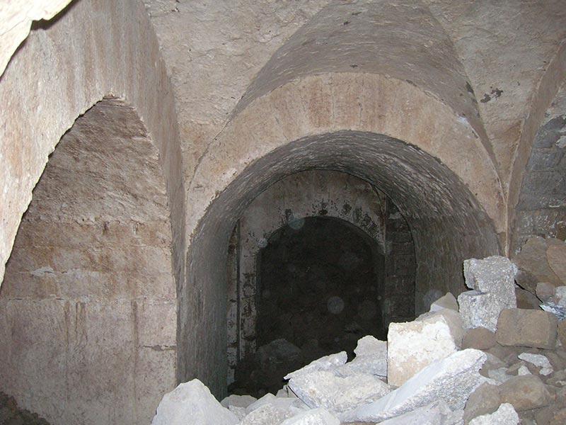 Archi di scarico negli ambienti terranei del palazzo